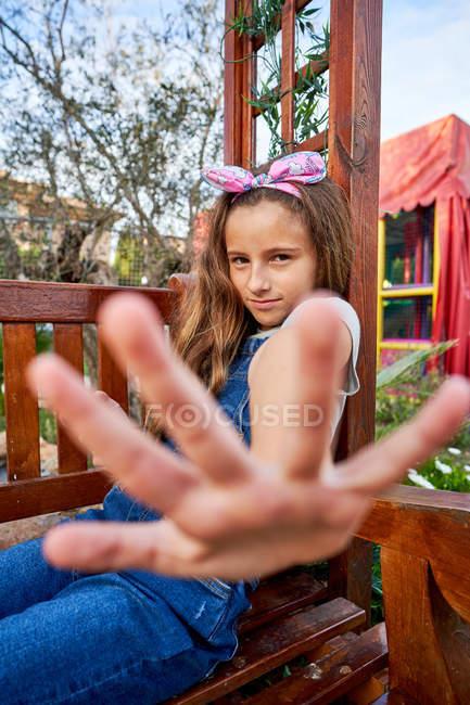 Симпатичная девушка играет стоп-сигнал — стоковое фото