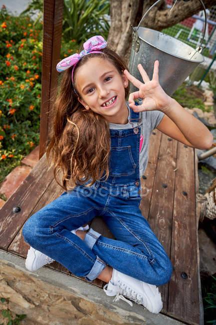 Sorridente ragazza innocente mostrando segno ok — Foto stock