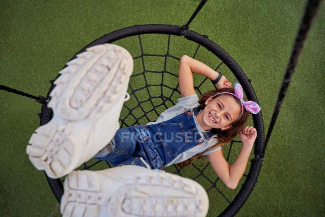 Fille heureuse s'amuser sur panier swing — Photo de stock