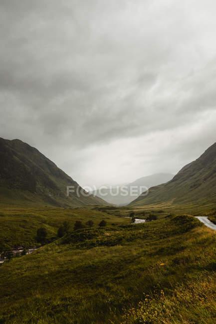 Wunderbare Landschaft des Hochlandes unter üppigen, dramatischen Wolken in Schottland — Stockfoto