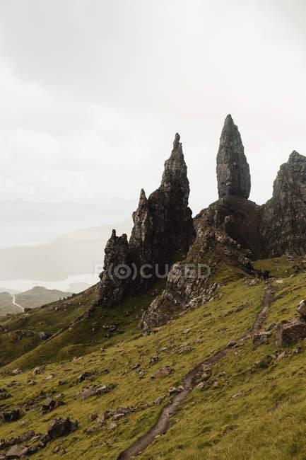 Прекрасный пейзаж высокогорья под пышными драматическими облаками в Шотландии — стоковое фото