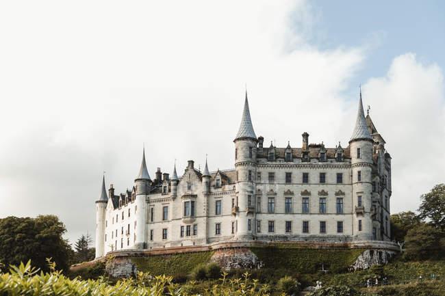Старий замок з садовими деревами та газом у Шотландії. — стокове фото
