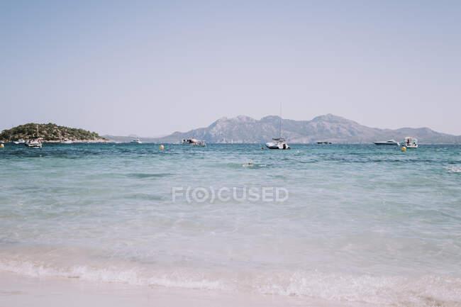 Navi sull'acqua tra colline di pietra — Foto stock