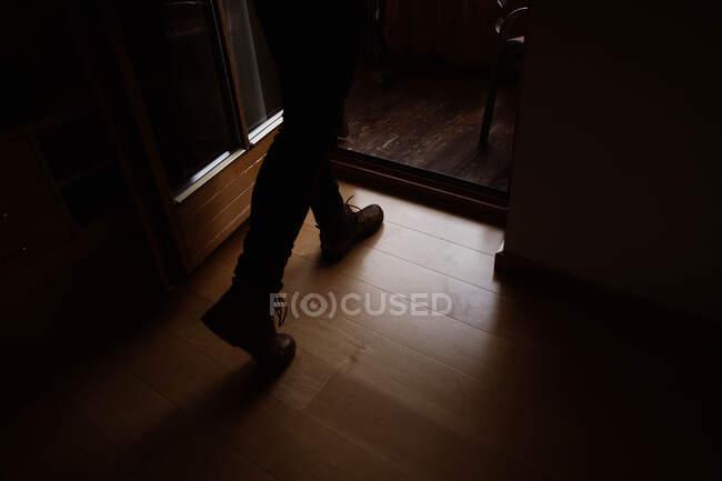 Чоловічий мандрівник у повсякденному одязі, який ходить удома. — стокове фото