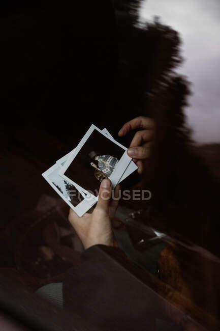 Personenhände zeigen Sofortfotos — Stockfoto