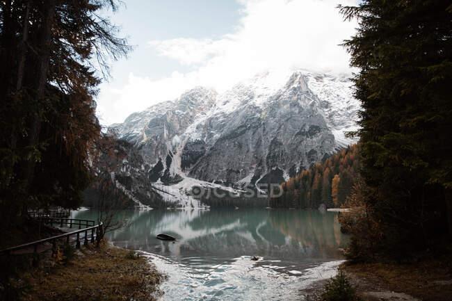 Beautiful lake and mountains — Stock Photo