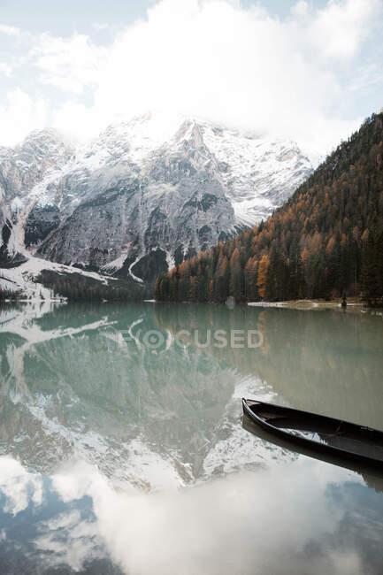 Bellissimo lago e montagne — Foto stock