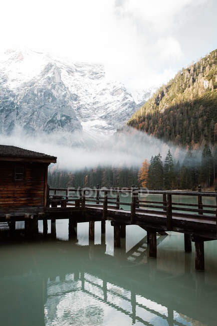 House on stilts on lake near mountains — Stock Photo