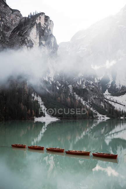 Bellissimo lago con vanto con montagne alle spalle — Foto stock