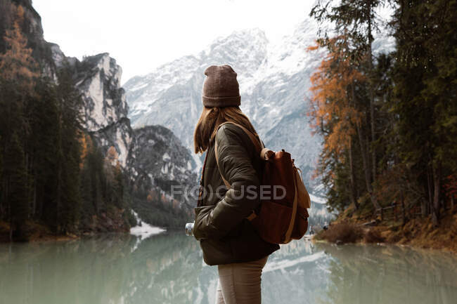 Woman delighting in views near lake and mountains — Stock Photo