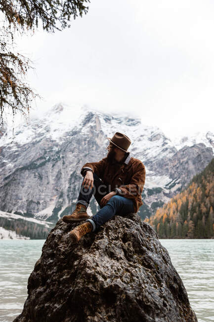 Людина захоплюється краєвидами біля озера й гір. — стокове фото