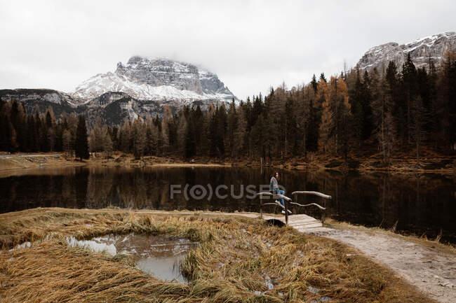 Женщина наслаждается видом на озеро и горы — стоковое фото