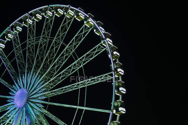 Знизу на ярмарку у Лондоні (Велика Британія) вирушають яскраві прогулянки в нічному небі. — стокове фото