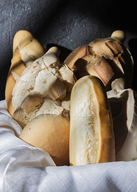 Composition of fresh bread loaves in basket in bakery — Stockfoto