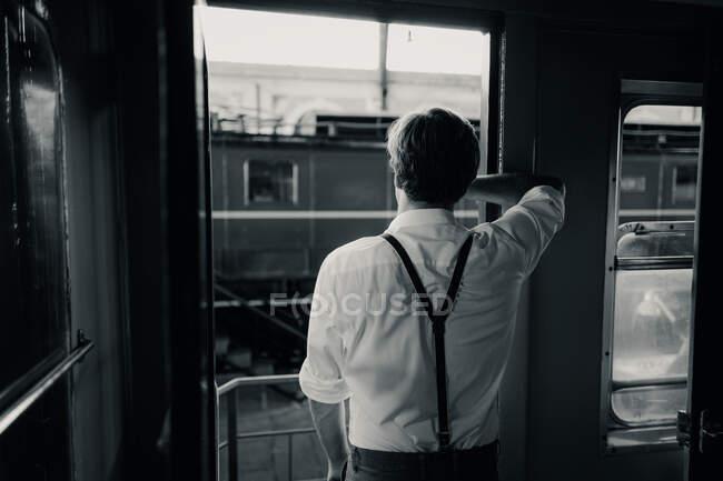Мандрівник дивиться у вікно поїзда. — стокове фото