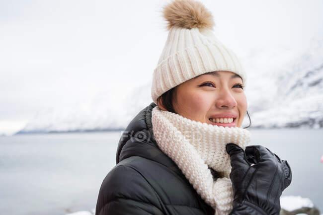Jovem mulher alegre em roupas quentes — Fotografia de Stock