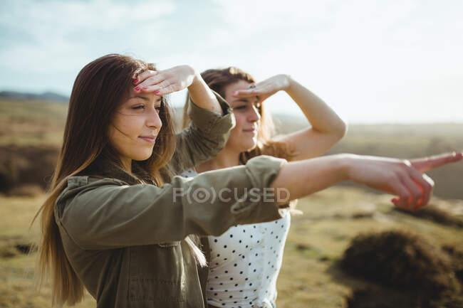 Viajantes felizes do sexo feminino desfrutando de liberdade à beira-mar — Fotografia de Stock