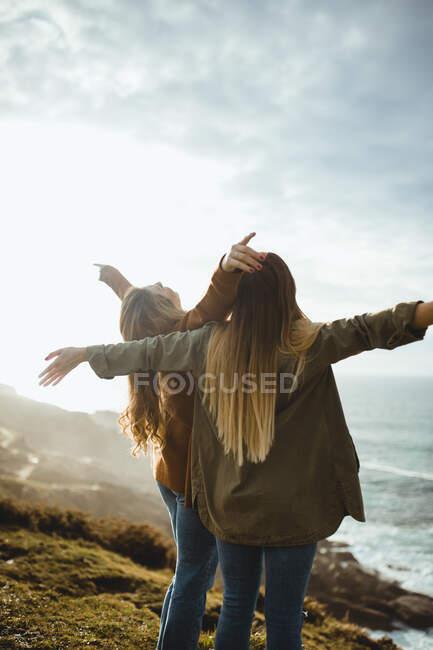 Счастливые женщины-путешественницы наслаждаются свободой на море — стоковое фото
