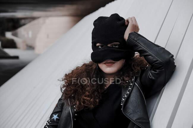 Жінка в балаклаві і чорна шкіряна куртка — стокове фото