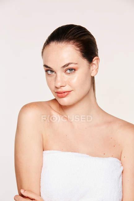 Retrato de mulher linda em toalha — Fotografia de Stock