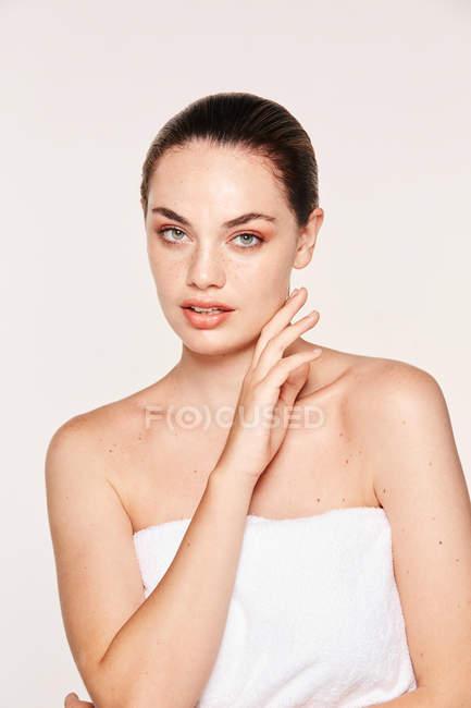 Ritratto di splendida donna in asciugamano — Foto stock