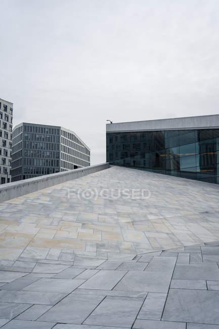 Moderni edifici commerciali e parte del tetto del Teatro dell'Opera di Oslo — Foto stock