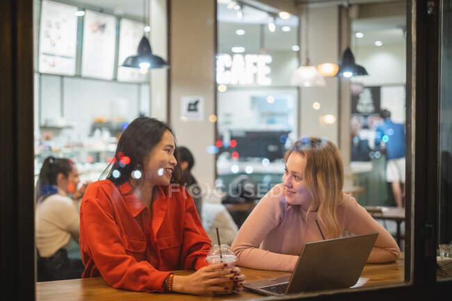Amigos multiétnicos conversando no café — Fotografia de Stock