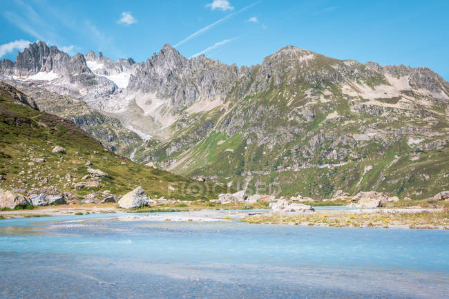 Serene landscape of rocky mountains and calm shore with impeccable water in Switzerland — Foto stock
