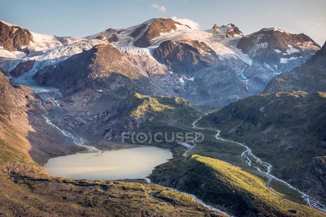 Breathtaking landscape of motionless water in mountains in Switzerland — Fotografia de Stock