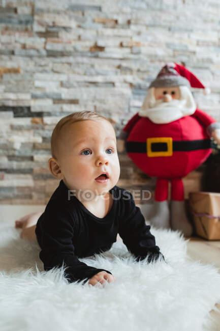 Curieux bébé le jour de Noël — Photo de stock