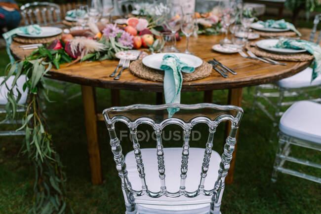 Hochzeitstisch Dekoration im rustikalen Stil im Freien platziert — Stockfoto