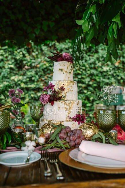 Setting wedding table with cake — Stock Photo