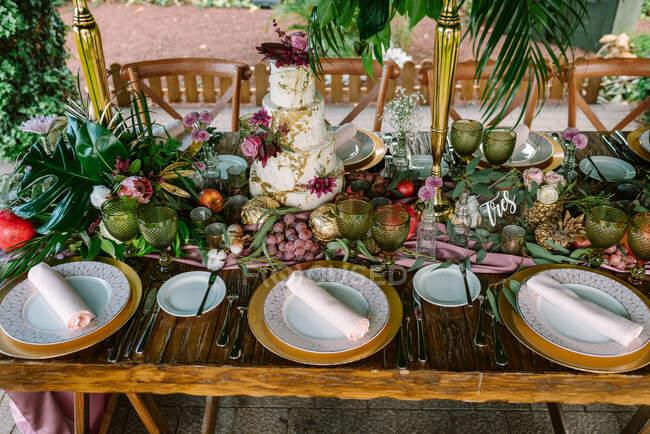 Setting wedding table with cake — Stock Photo