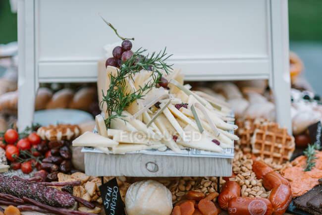Hochzeitsbuffet mit Häppchen und Süßigkeiten — Stockfoto