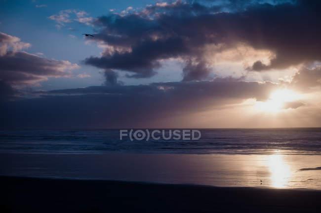 Красивый закат над морем с облачным небом — стоковое фото