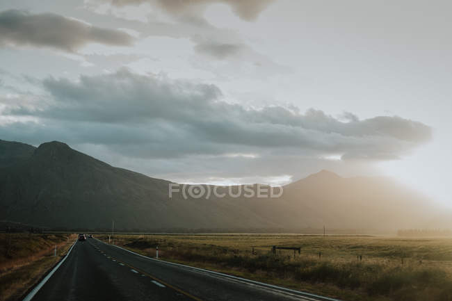Estrada rural entre colinas verdes — Fotografia de Stock