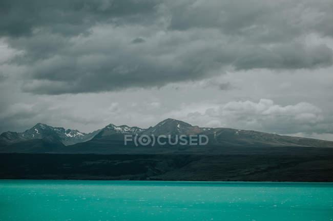 Meeresküste mit türkisfarbenem Wasser und felsigen Bergen — Stockfoto