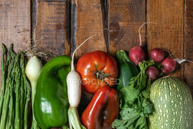 Légumes bio frais sur une table en bois sombre — Photo de stock
