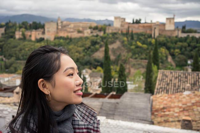 Turismo femenino con vistas al gran castillo antiguo de Granada, España. - foto de stock
