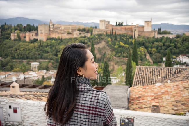 Feminino turista desfrutando de vista para o grande castelo antigo em Granada, Espanha — Fotografia de Stock
