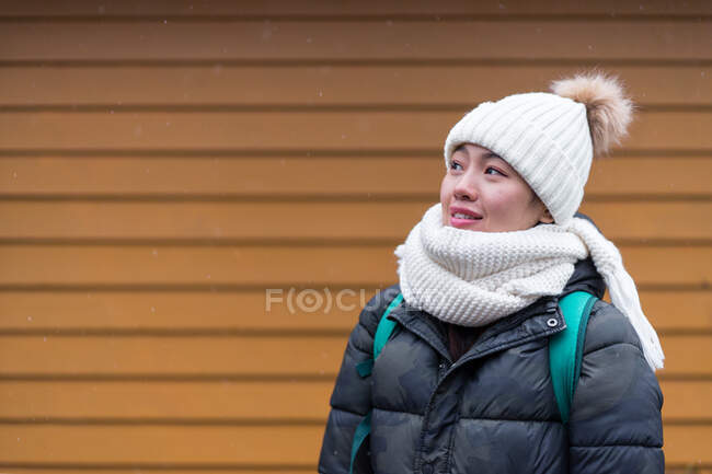 Giovane asiatica turista femminile in caldo usura accanto alla casa di legno per camminare — Foto stock