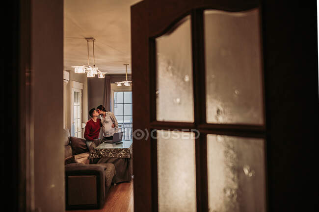 Couple expecting baby kissing at home — Stockfoto
