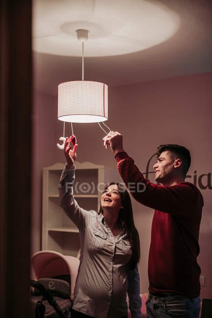 Ожидается пара светильников в детской комнате — стоковое фото