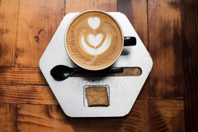 Вкусный горячий кофе с латте искусства — стоковое фото