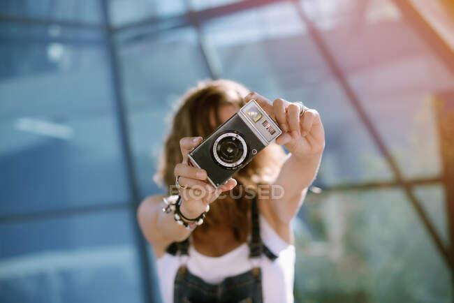 Женщина фотографирует с камерой — стоковое фото