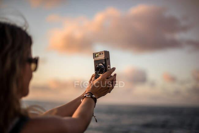 Fotografo donna che scatta foto con macchina fotografica — Foto stock