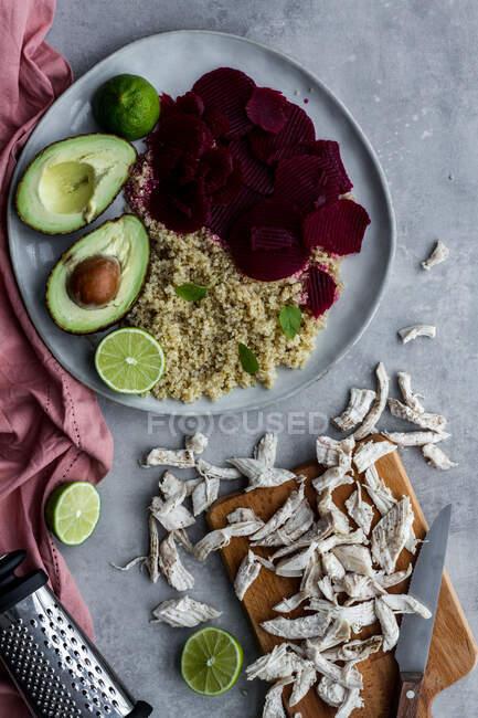 Здоровое блюдо с квиноа и свеклой — стоковое фото