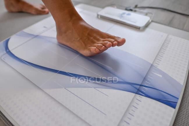 Patient during foot step diagnostics — Stock Photo