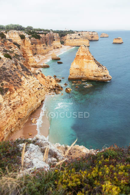 Cliffs and blue sea in countryside — Stock Photo