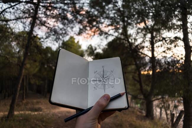 Erntereisende zeichnen Kompass über die Natur — Stockfoto